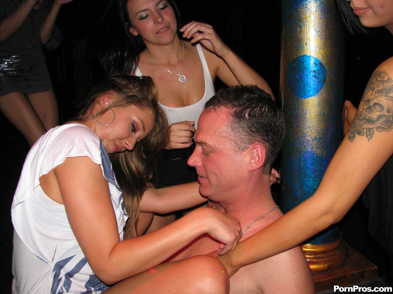 Сосу в клубе 22 фотография