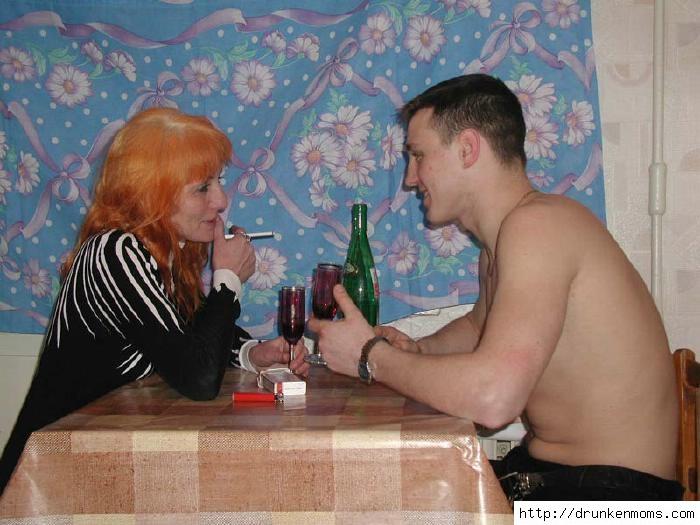 Парень трахает пьяную тетку на кухне. домашнее порно. рыжие. Разделы.