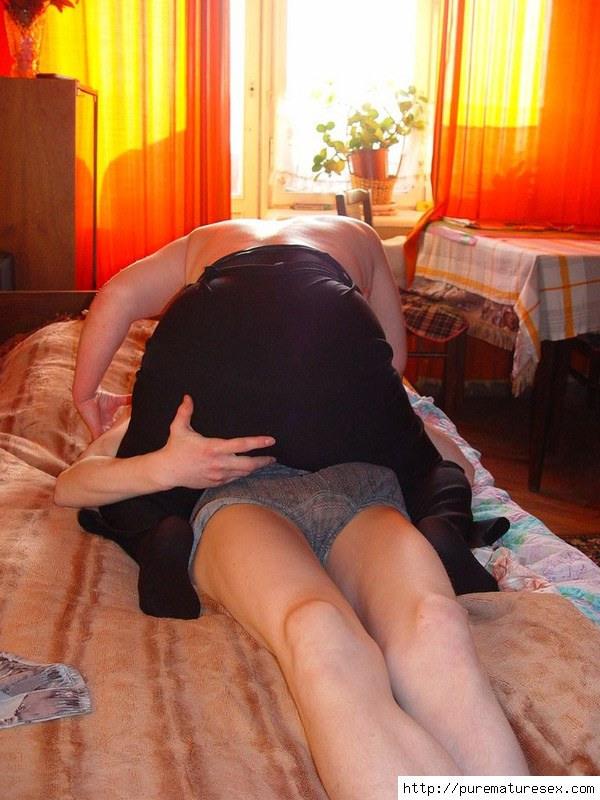 Мамаша соблазнила сыночка смотреть порно фото.